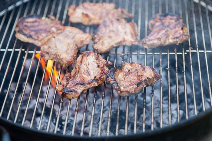 Receta de filete de cerdo a la parrilla o filetes de hombro de cerdo por WhiteOnRicecouple.com