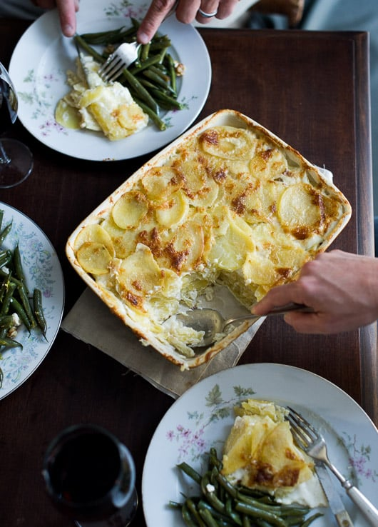 Creamy Potatoes au Gratin Recipe or Scalloped Potatoes Au Gratin that's tender and delicious | @whiteonrice