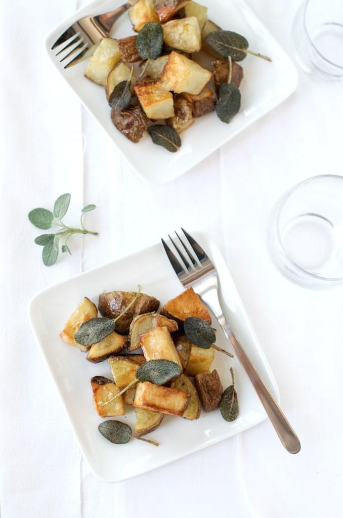 Receta de papas asadas con salvia en WhiteOnRiceCouple.com