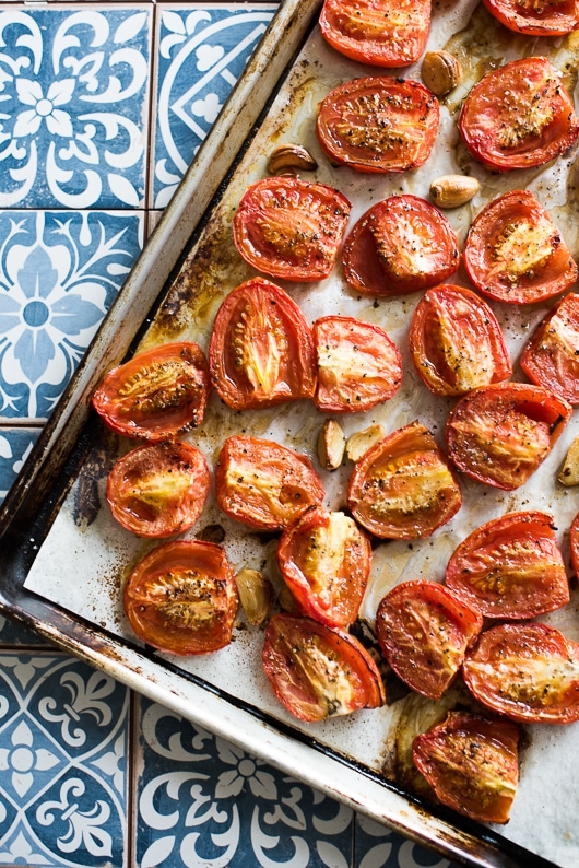 The best roasted tomato sauce recipe with garlic | @whiteonrice