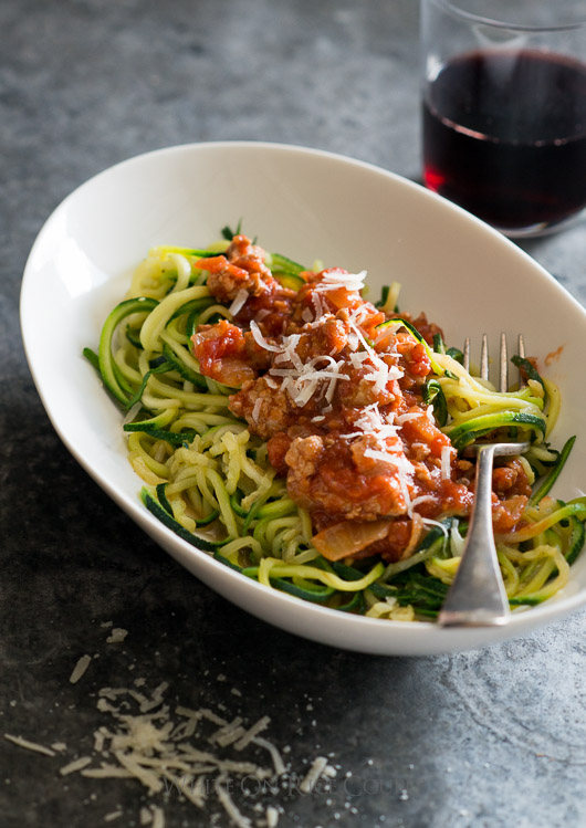 Healthy and Delicious! Zucchini noodles recipe with turkey marinara sauce | @whiteonrice